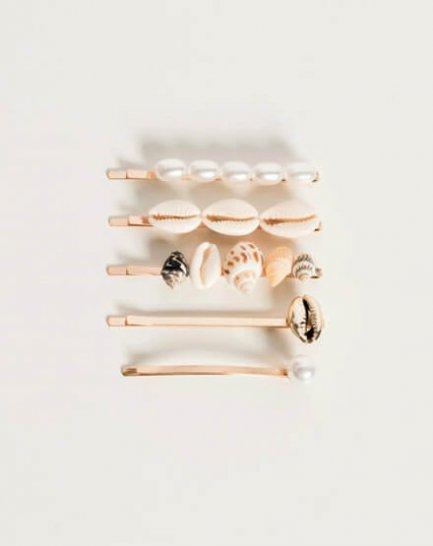 Horquillas de conchas y perlas.