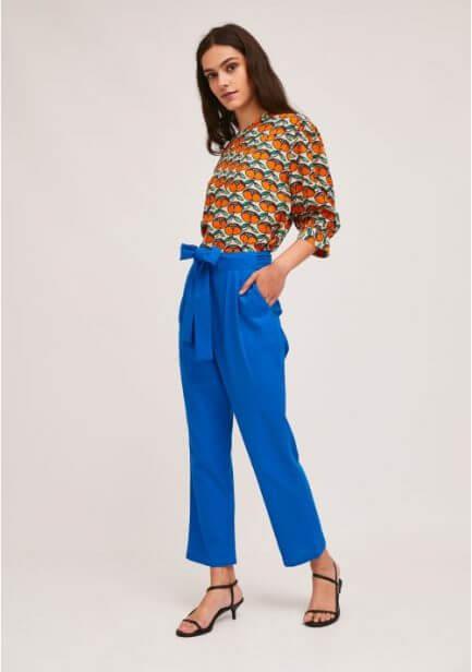 Pantalón azul con lazada en la cintura